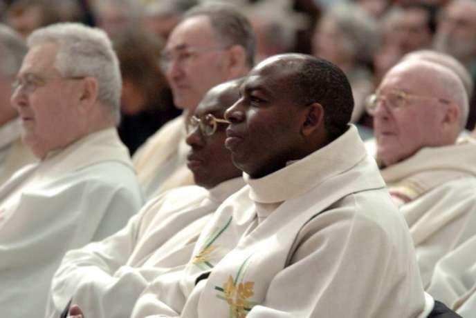 Le prêtre rwandais Wenceslas Munyeshyaka (au centre), à Evreux, en 2006.
