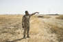 Le capitaine peshmerga Abdullah Mohamed sur la ligne de front de Jarula (Irak), indique la provenance de l'attaque chimique de l'EI du 12 août 2015.