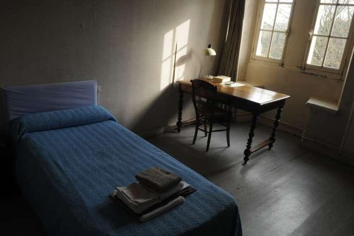 La chambre 11 occupée par Michel Houellebecq lors de son séjour à l'abbaye Saint-Martin de Ligugé.