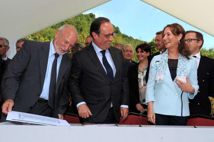 François Hollande et Ségolène Royal, en compagnie du maire de Saint-Jeoire-Prieuré (Savoie) Jean-Marc Léoutre, pour y signer la première des 212 conventions « Territoires à énergie positive », au Chatelard (Savoie) le 20 août.