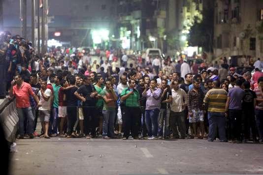 La foule tenue éloignée des lieux de l'explosion.
