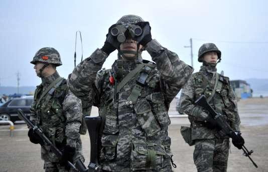 Des soldats sud-coréens lors d'une patrouille sur l'île deYeonpyeong à proximité de la mer Jaune.