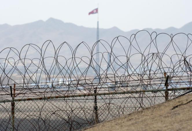 Un drapeau nord-coréen à proximité de la zone démilitarisée entre les deux Corées.