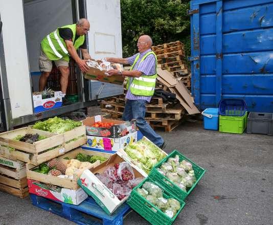Les bénévoles des Restos du cœur reçoivent des dons de nourriture d'un Carrefour à Annecy.