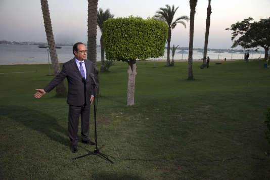 François Hollande s'adresse à la presse devant le canal de Suez, en Egypte, le 6 août.