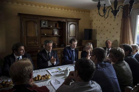 Le président du parti Les Républicains, Nicolas Sarkozy, rencontre des agrculteurs dans une exploitation agricole, le 19 août 2015 à St Privé, dans l'Yonne.
