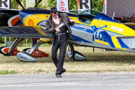 Louis Vanel, plus jeune pilote de voltige à participer aux Championnats du monde de Châteauroux, du 20 au 29 août, répète ses figures au sol.