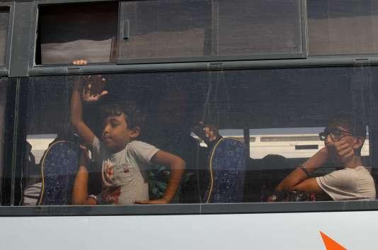 Un bus palestinien au point de passage de Rafah entre la bande de Gaza et l'Egypte, jeudi 20 août.