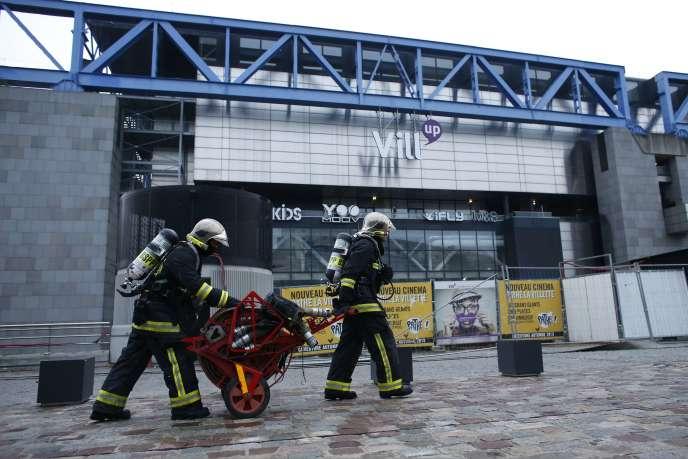 L'incendie qui s'est déclaré dans la nuit de mercredi à jeudi à la Cité des sciences et de l'industrie, dans le nord-est de Paris, mobilise 120 pompiers .