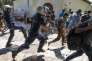 La police grecque disperse une protestation de migrants, à Kos, le 17 août.