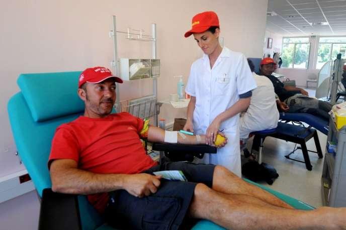 Un salarié du constructeur de camions de pompiers Camiva fait don de son sang, le 16 juillet 2012, à l'Etablissement Français du Sang (EFS) de Chambéry, en Savoie.