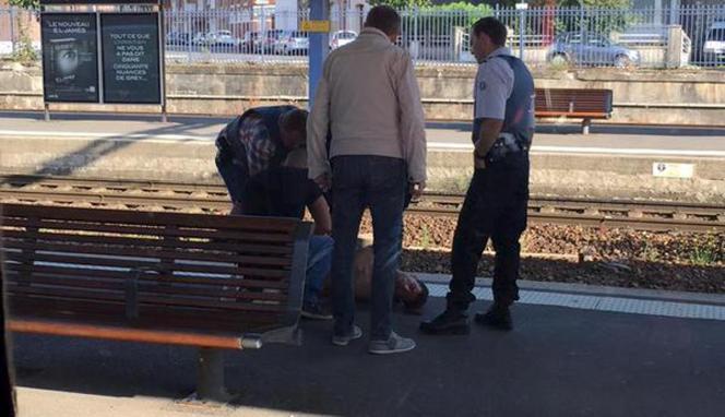 Le suspect présumé, menotté sur un quai de la gare d'Arras, le 21 août.
