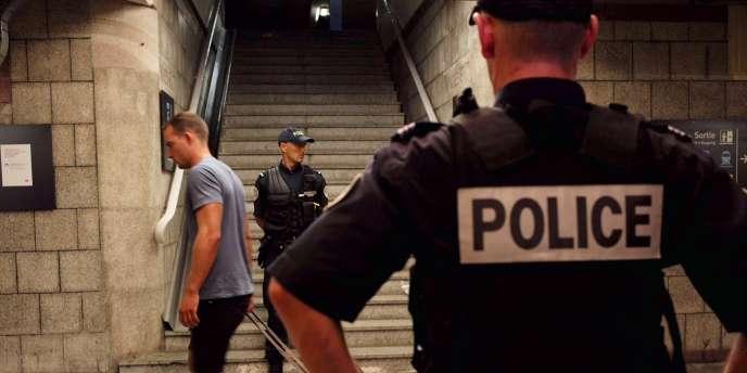 Des policiers dans la gare d'Arras, le 21 août.