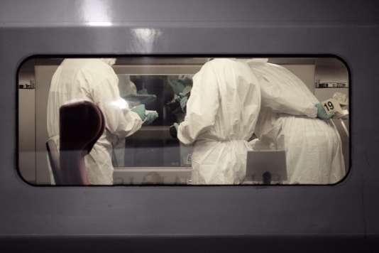 Des membres de la police scientifique dans le Thalys en gare d'Arras, le 21 août.