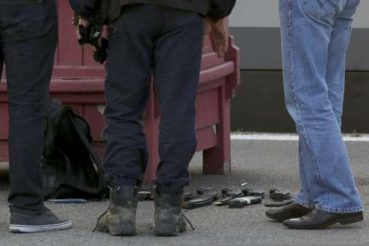 Les chargeurs et le cutter trouvés dans le sac de l'homme qui a fait feut dans le train Thalys Amsterdam-Paris le 21 août.