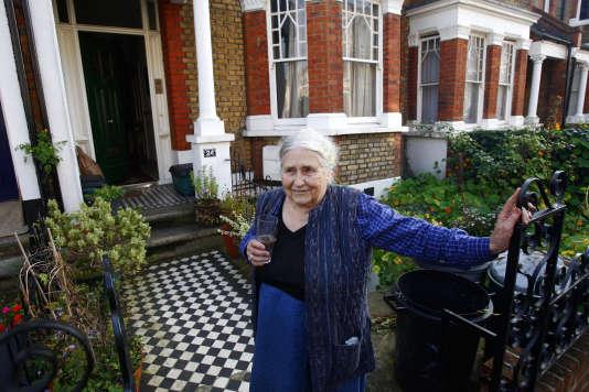 Doris Lessing devant sa maison à Londres en octobre 2007.