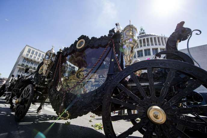 Le carrosse apportant le cercueil de Vittorio Casamonica jusqu'à l'église Don Bosco, jeudi 20 août.
