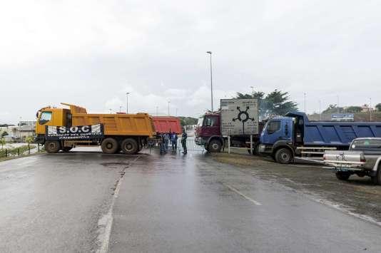 Des routiers transporteurs de nickel bloquent le rond-point de Belle-Vie, à Nouméa, le 19août.