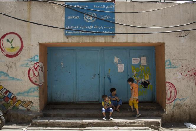 Devant une école de l'Office de secours et de travaux des Nations unies pour les réfugiés de Palestine dans le Proche-Orient (UNRWA), le 13 août dans le camp de Chatila (banlieue de Beyrouth).