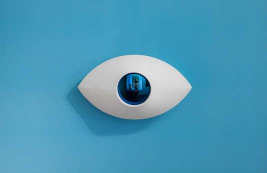 """""""Eye"""" (2015), faïence émaille et verre optique dichroïde Essilor."""
