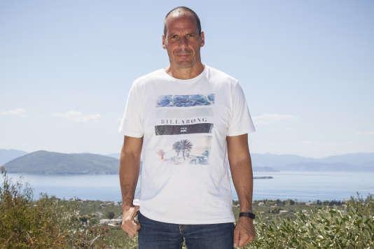 L'ancien ministre des finances grec, Yanis Varoufakis, dans sa villa sur l'île d'Egine, le 19 août.