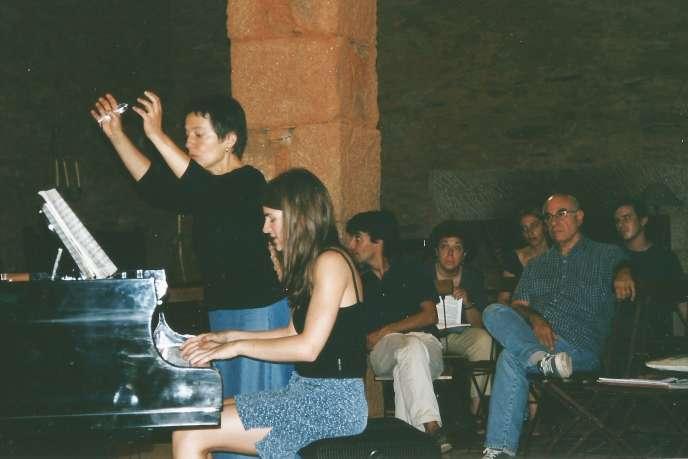 Maria Joao Pires, debout, lors d'un atelier, dans sa maison de Belgais (Portugal) en 2001.