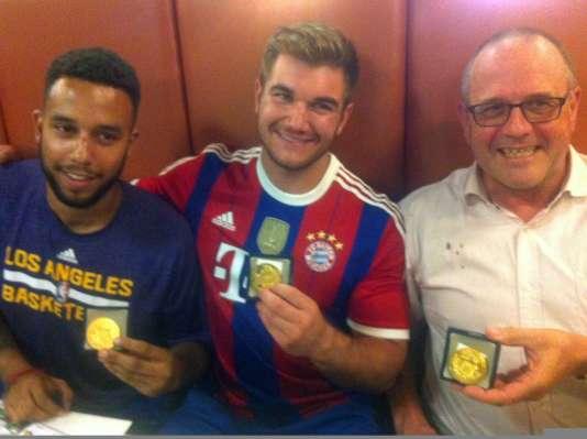 Les Américain Anthony Sadler et Alek Skarlatos et le Britannique Chris Norman ont reçu la médaille de la ville d'Arras.