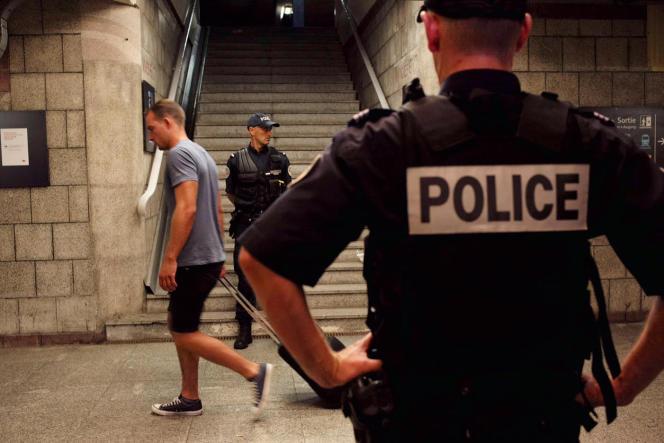 Evacuation des passagers en gare d'Arras vendredi 21 août.