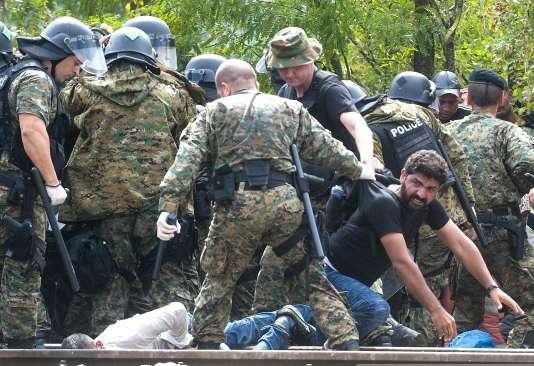 Heurts entre les forces de l'ordre macédoniennes et des migrants qui tentent de passer la frontière à Gevgelija samedi 22 août.