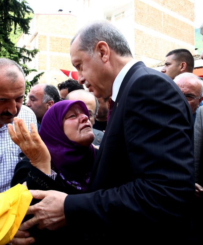 Trabzon, le 16 août. Le président Recep Tayyip Erdogan présente ses condoléances aux membres de la famille d'un policier tué  par le PKK.