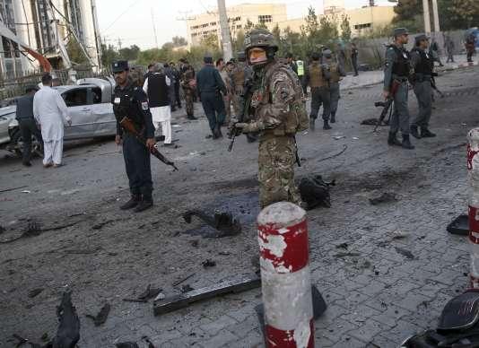 Des soldats de l'Otan sur les lieux de l'attentat suicide à Kaboul samedi 22 août.