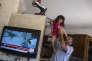 Le journaliste druze Hamad Aweidat, basé à Majdal Chams, et sa fille.