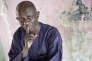 Doudou Ndiaye Rose, percussionniste sénégalais, devant l'entrée de son immeuble à Dakar, en 2007.