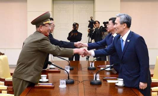 Réunion de négociations entre des représentants de la Corée du Nord et de la Corée du Sud, le 22 août. REUTERS/the Unification Ministry/Yonhap