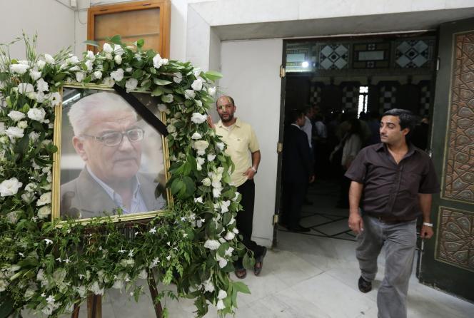 Un portrait de Khaled Al-Assaad lors d'une cérémonie en sa mémoire au Musée National de Damas le 23 août 2015.