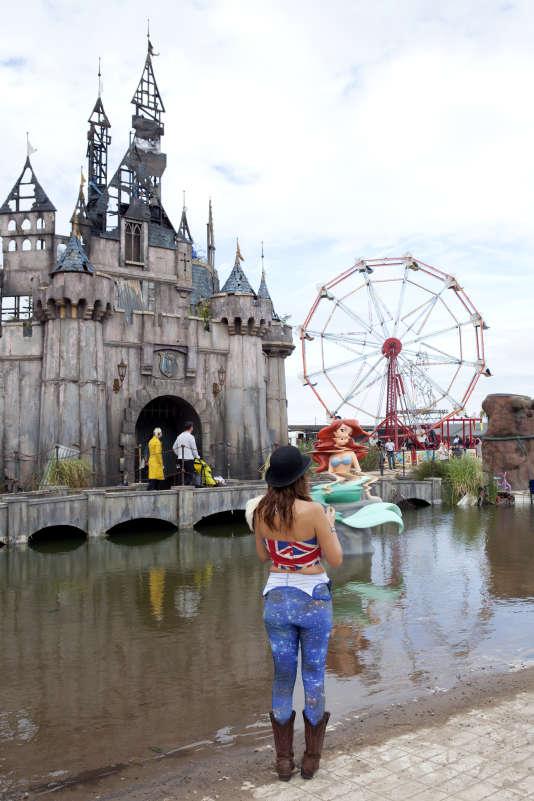 Le château, la Petite Sirène de Banksy et la grande roue se trouvent au centre du parc.