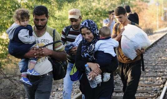 Des migrants traversent la frontière entre la Grèce et la Macédoine près de Gevgelija, le 23 août.
