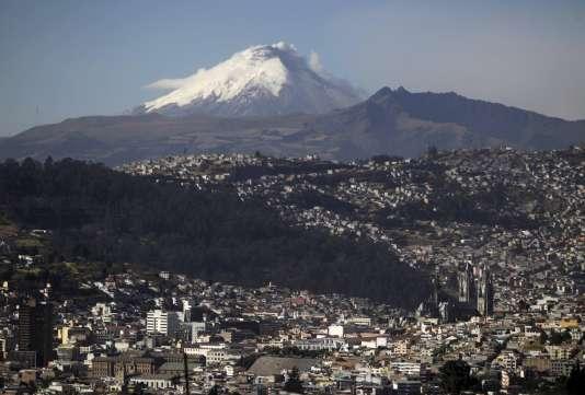 Le volcan Cotopaxi et la ville de Quito en Equateur, le 18 août 2015.