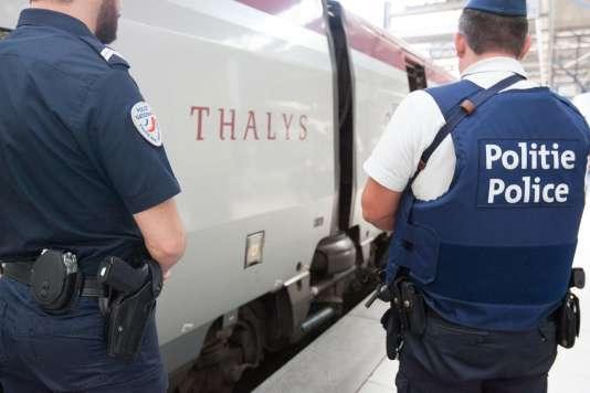 Des policiers français et belge devant un train Thalys en gare de Brxuelles, le 22 août.