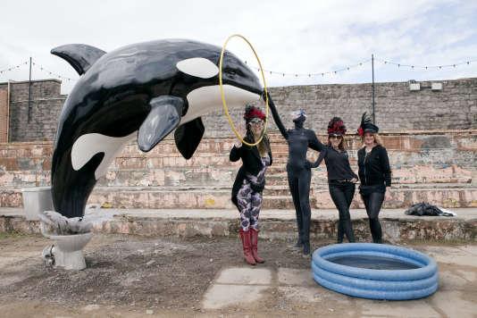 Des visiteuses près d'une sculpture signée Banksy.