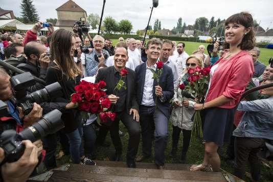 Arnaud Montebourg et l'ancien ministre des finances grecques Yanis Varoufakis s'apprêtent à monter sur l'estrade pour prononcer leur discours lors de de la fête de la Rose à Frangy en Bresse le 23 août 2015.