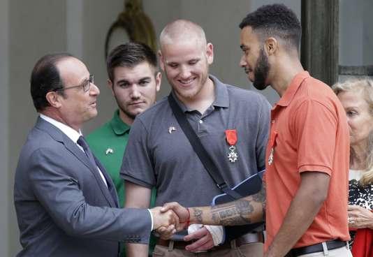 Anthony Sadler, Spencer Stone et Alek Skarlatos reçus par le président de la République française François Hollande pour la remise de leur Légion d'honneur, en août 2015.