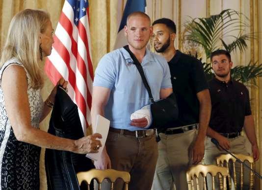 L'ambassadrice des Etats-Unis en France Jane Hartley reçoit Spencer Stone, Anthony Sadler et Alek Skarlatos à l'ambassade américaine de Paris  le 23 août 2015.