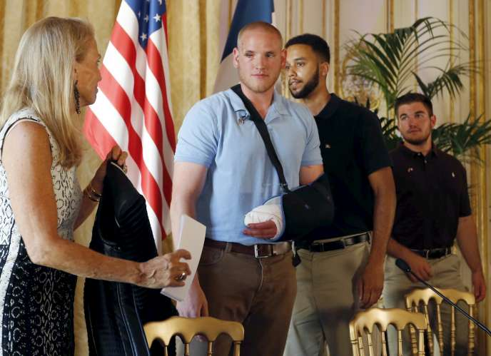 L'ambassadrice des Etats-Unis en France Jane Hartley reçoit Spencer Stone, Anthony Sadler et Alek Skarlatos à l'ambassade américaine de Paris  le 23 août 2015.