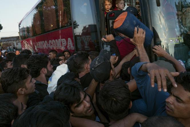 Afflux de réfugiés à la gare de Guevgueliya (Macédoine), s'apprêtant à prendre le car pour la Serbie, dimanche 23août.