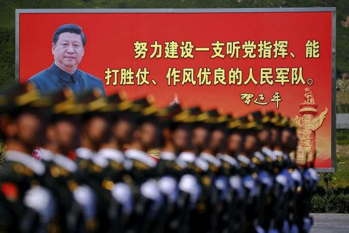 Affiche du président XiJinping, lors d'un défilé, en août 2015.