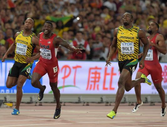 Usain Bolt (à droite) a remporté la finale du 100 m aux Mondiaux de Pékin, dimanche 23 août.