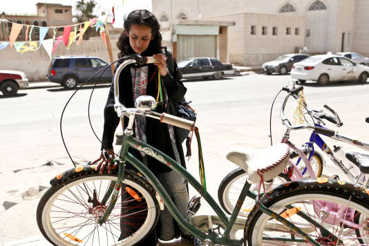 Wadjda (Waad Mohammed) a le regard attiré par une bicyclette dont l'usage est interdit aux filles.