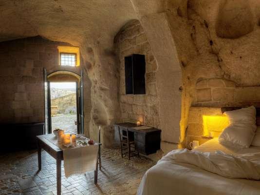 Dans le village de Matera, les chambres de l'Hôtel Sextantio sont comme accrochées à flanc de montagne.