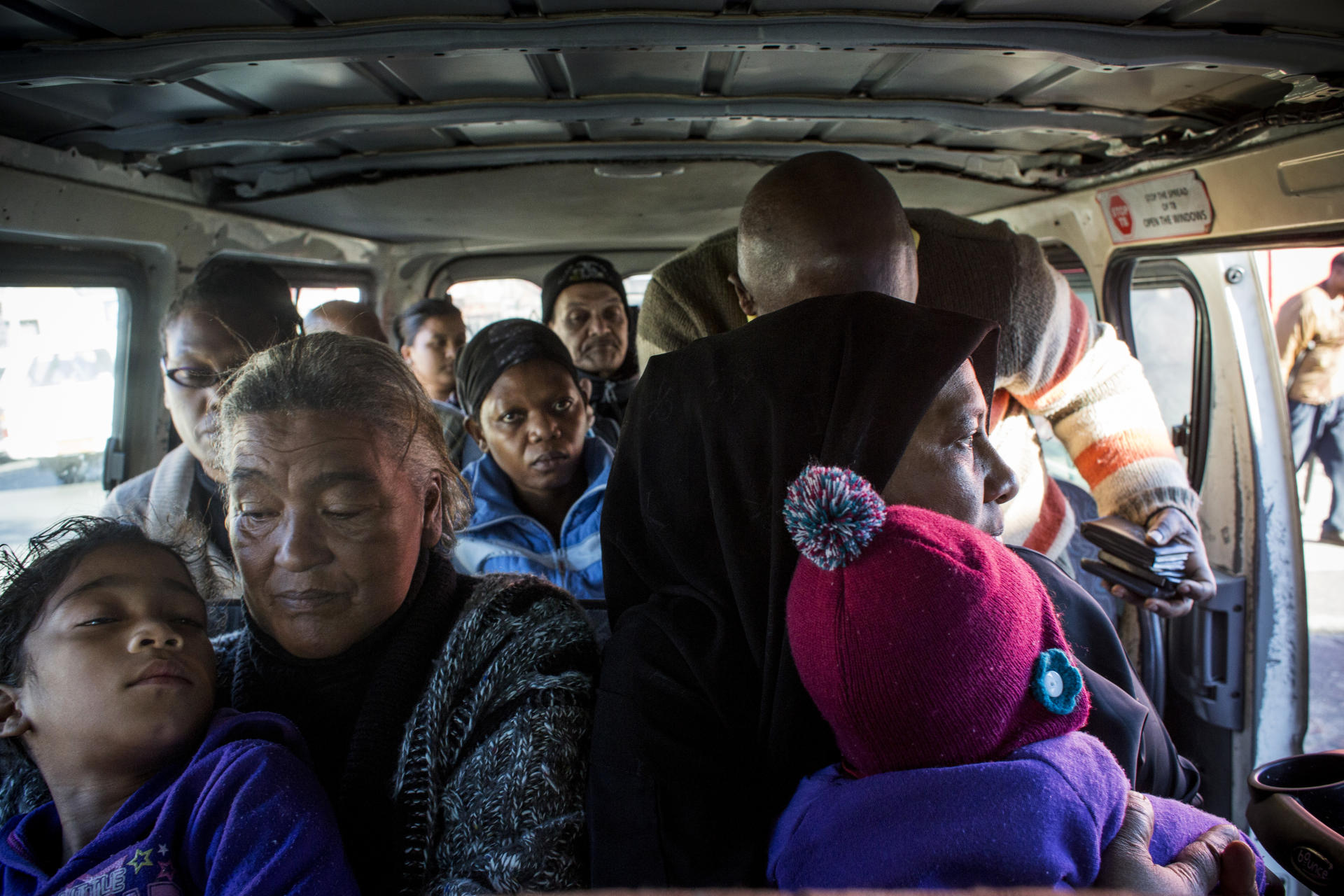 Un minibus-taxi rempli : plus de 14 personnes s'y entassent pour voyager du centre-ville vers Kensington.